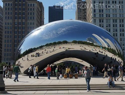 """На фото: блестящая статуя """"капля"""" в Чикаго"""