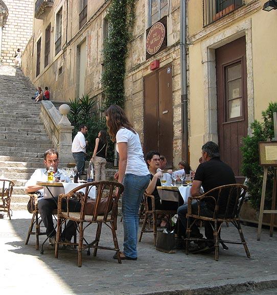 На фото: прогулки по старой Жироне в Испании